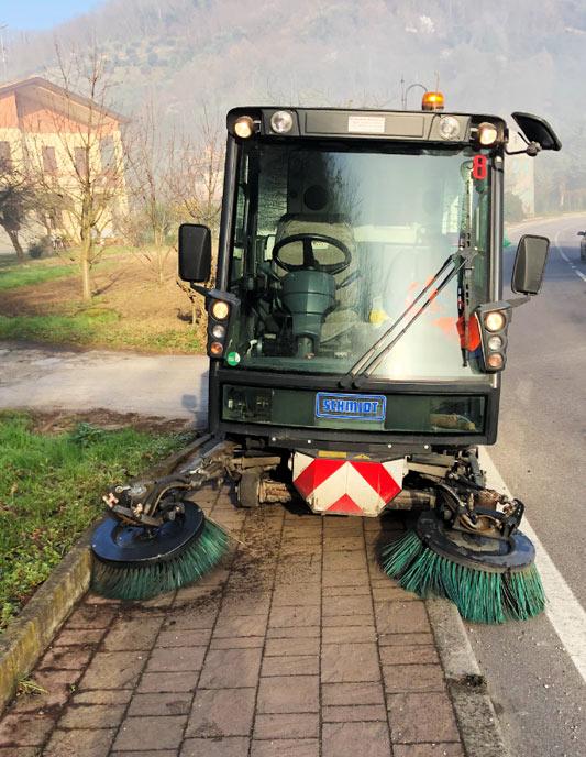 servizio con attrezzature spazzatrici
